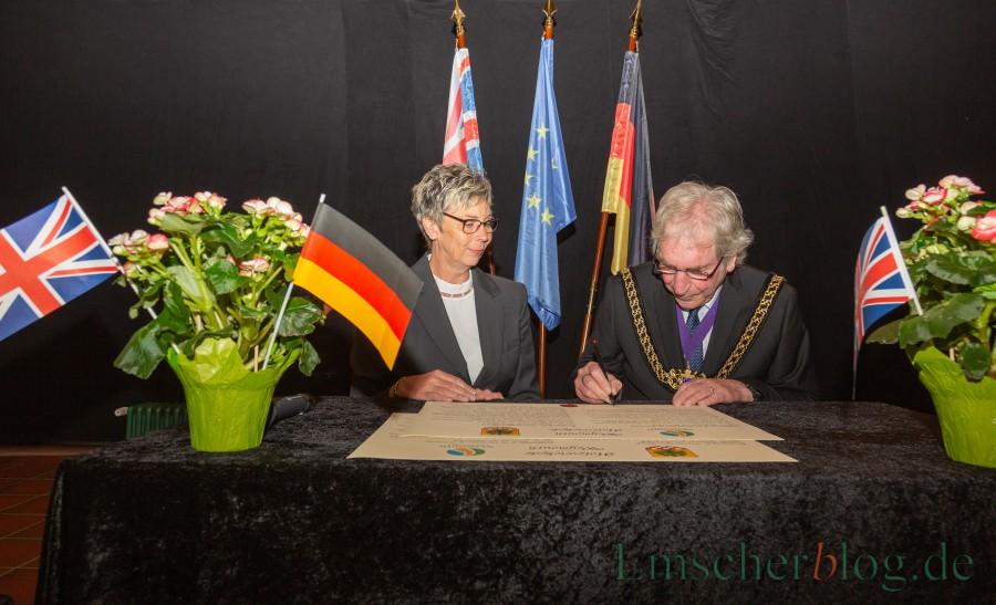Bürgermeisterin Ulrike Drossel und Councillor Graham Winter erneuern die Partnerschaft zwischen Holzwickede und Weymouth: War die Erneuerung zu übereilt? (Foto: P. Gräber – Emscherblog.de)