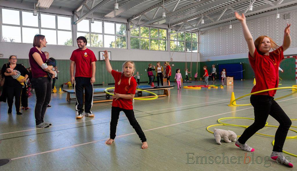 Der Sport ist ein Schwerpunkt an der Dudenrothschule:  Die beiden Schwestern Lotta (r.) und Ida nutzten die Bewegungslandschaft in der Turnhalle beim Tag der offenen Tür am Samstag zum Hula Hoop. (Foto: P. Gräber - Emscherblog.de)