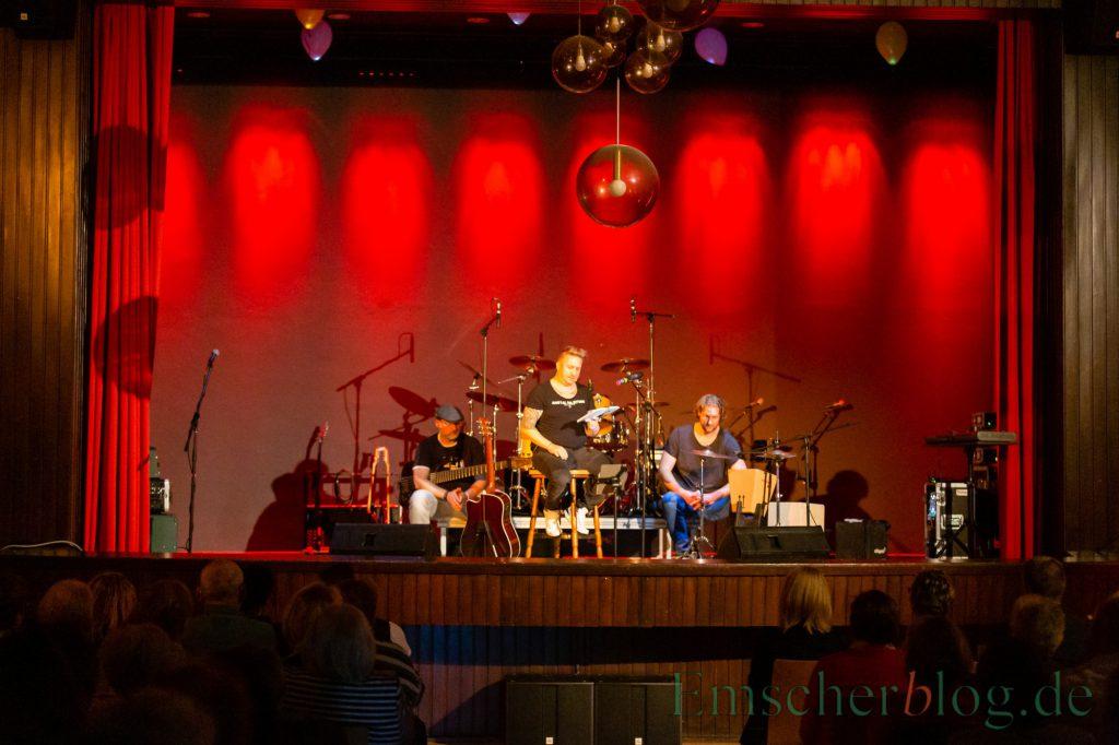 Geschichten aus der Anstalt gab der Kabarettist Len Mette, begleitet von zwei Musikern, zum Start zum Besten. (Foto: P. Gräber - Emscherblog.de)