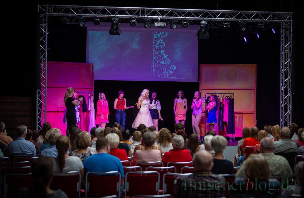 """Das Musical """"Natürlich blond"""" strotzt vor Gags und fetziger Musik:  Szene aus der heutigen Aufführung  von """"Natürlich blond"""". (Foto: P. Gräber - Emscherblog.de)"""