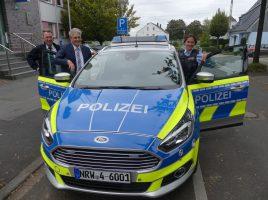 Landrat Michael Makiolla (2.v.l.) stellt mit Beamten der Kreispolizeibehörde Unna den neuen Streifenwagen, einen Ford S-Max, vor. (Foto: KPB Unna)