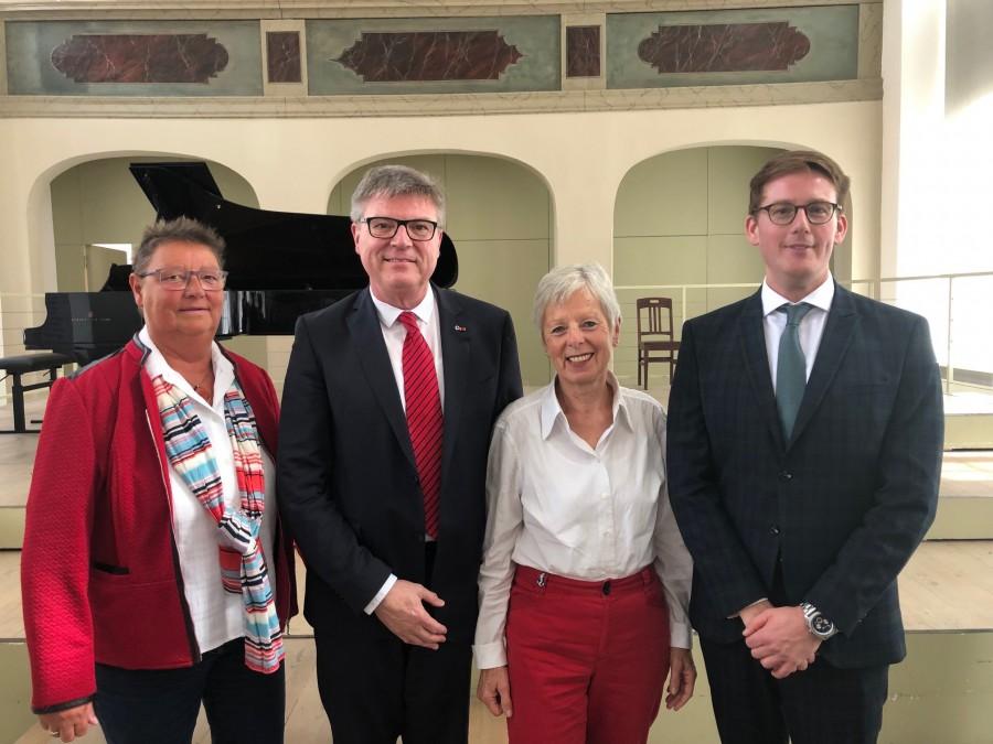 Treffen beim Bundeskongress der deutsch-französischen Gesellschaften, v.l.:  v.l.n.r.: Ursula Pardemann, Jochen Hake, Dr. Angelica Schwall-Düren, Dr. Dominik Fanatico (Foto privat)