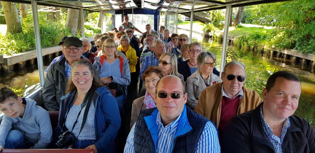 Die Teilnehmer der CDU-Bürgerfahrt bei ihrer Bootsfahrt durch die Grachten in Giethoorn. (Foto: privat)
