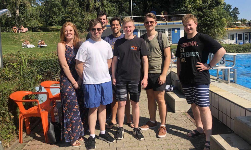 Mitglieder der Jungen trafen sich zum Austausch mit den Ehrenamtlichen der DLRG im Freibad Schöne Flöte. (Foto: privat)