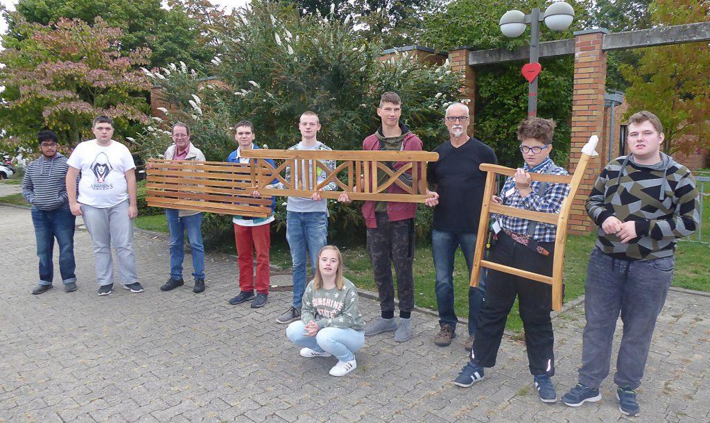 Der Seniorenbeirat überreichte den Schülern der Karl-Brauckmann-Schule eine Ruhebank als kleines Dankeschön für ihre Hilfe bei der Restaurierung der in der Gemeinde aufgestellten Bänke. (Foto: privat)