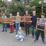 Seniorenbeirat überreicht Karl-Brauckmann-Schülern Ruhebank als Dankeschön