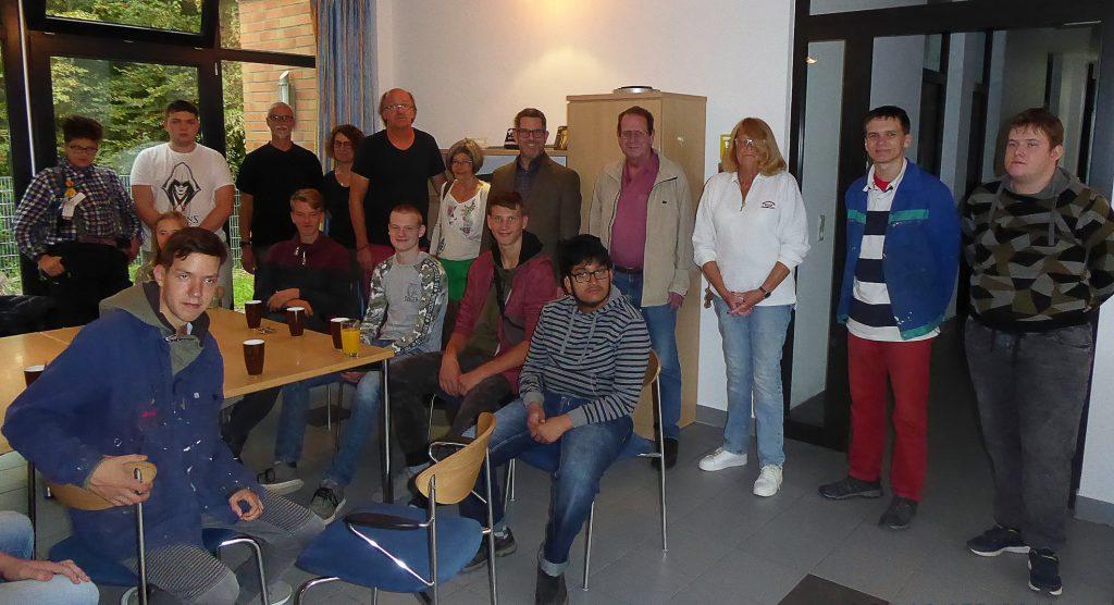 Nach der Übergabe trafen sich alle Beteiligten noch zu einem gemeinsames Kaffeetrinken in der Schule.  (Foto: privat)