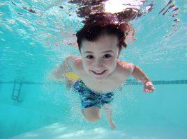 Die DLRG Ortsgruppe Holzwickede bietet wieder drei Kinderschwimmkurse an. Erstmals ist eine Anmeldung auch online möglich. (Foto: adrit1- Pixabay)