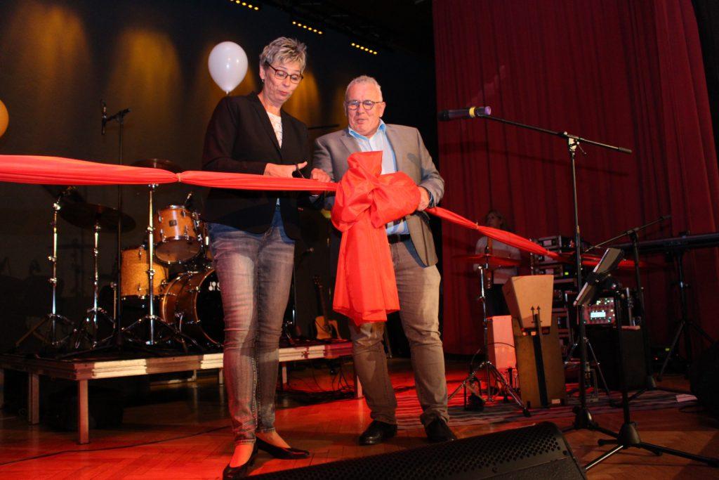 Bühne frei für die Kleinkunstbühne Rausingen: Bürgermeisterin Ulrike Drossel und Kulturausschussvorsitzender Michael Klimziak durchschnitten zur offiziellen Eröffnung symbolisch ein rotes Band. (Foto:Emscherblog.de)