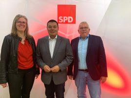 Die SPD-Mitglieder haben Peter Wehlack (M.) einstimmig als Bürgermeisterkandidaten nominiert. Das Foto zeigt Peter Wehlack mit hier mit der Ortsvereinsvorsitzenden Heike Bartmann-Scherding (l.) und SPD-Fraktionschef Michael Klimziak. (Foto: privat)