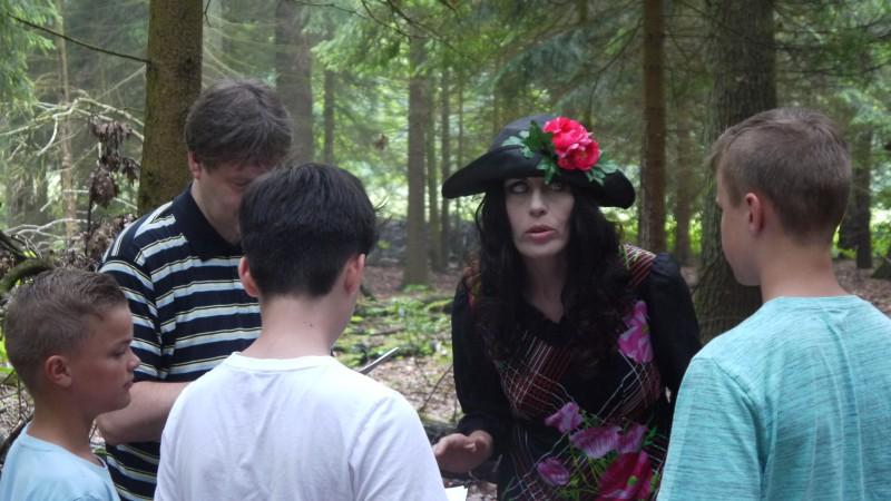 """Szene aus """"Sommer mit Zombies"""" mit einer Lehrerin im Kostüm. (Foto: privat)"""
