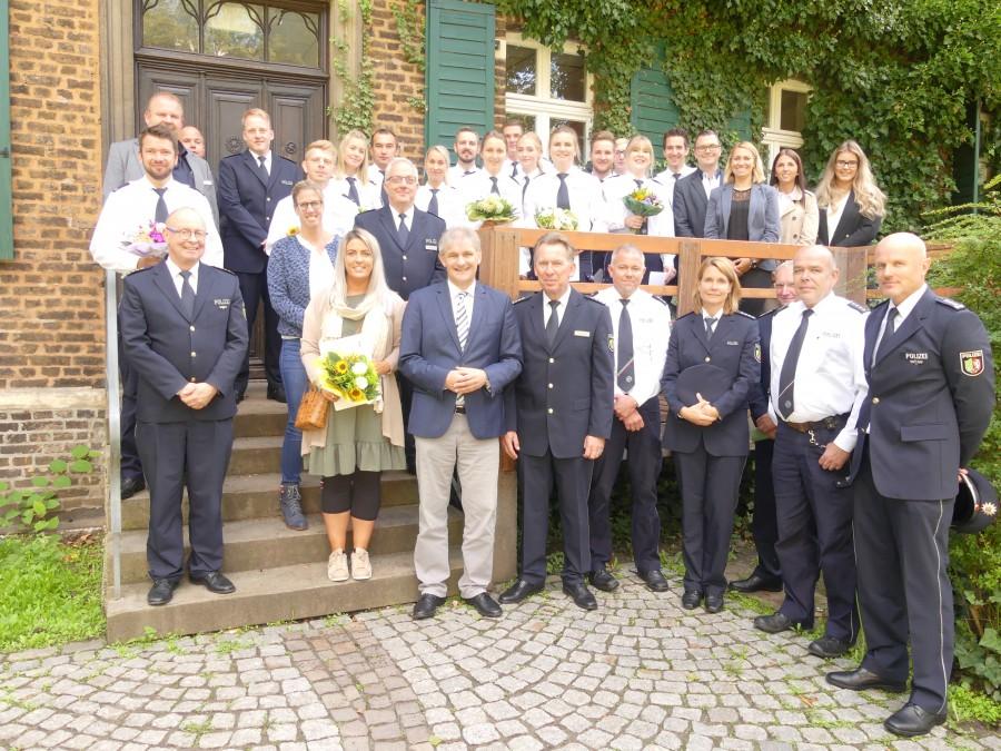 Gruppenfoto zur Begrüßung der neuen Kolleginnen und Kollegen durch Landrat Michael Makiolla. (Foto: KPB Unna)