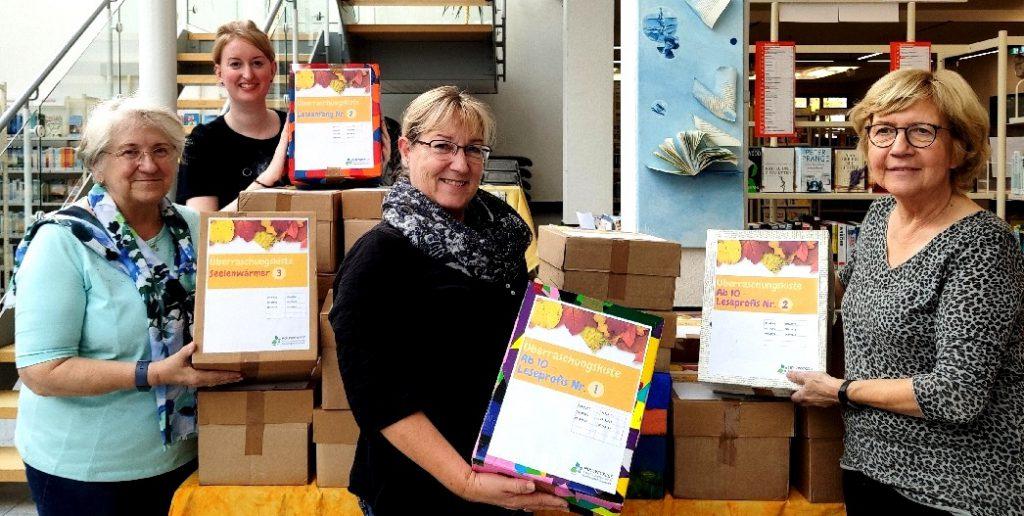 ie HowiBib-Freund halfen beim Packen der Überraschungskisten, die in den Herbstferien in der Bücherei ausgeliehen werden können. (Foto: privat)