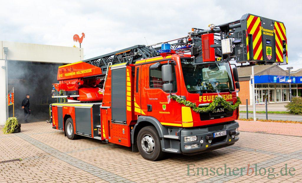 Das neue Drehleiterfahrzeug der Holzwickeder Feuerwehr rollte zur offiziellen Übergabe am Samstag umhüllt von künstlichem Nebel aus dem Feuerwehrgerätehaus Mitte. (Foto: P. Gräber - Emscherblog.de)