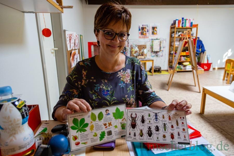 Spannend nicht nur für Kinder: Die stellvertretende Leiterin des Familienzentrums Anke Frigge zeigt einige Bücher und Karten zur Bestimmung von heimischen Pflanzen und Tieren.  (Foto: P. Gräber - Emscherblog.de)