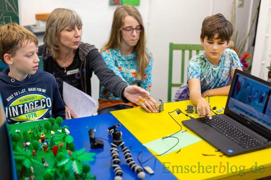 Fabian (9 J.) Miriam (11 J.) und Willy (9 J., rechts) produzieren gemeinsam mit Kerstin Dreisbach-Dirb (2.v.l.)  eine Szene für das Lego-Trickfilmprojekt im Treffpunkt Villa. (Foto: P. Gräber - Emscherblog.de)
