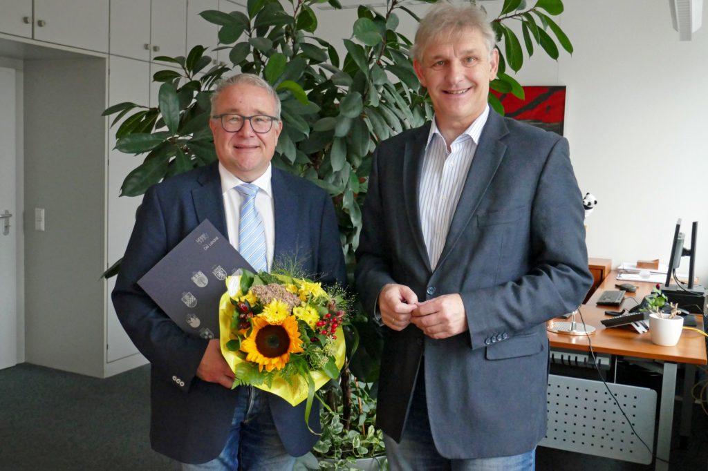Landrat Michael Makiolla begrüßt Uwe Hasche (l.) als neuen Dezernenten im Kreishaus.( Foto: Constanze Rauert – Kreis Unna)