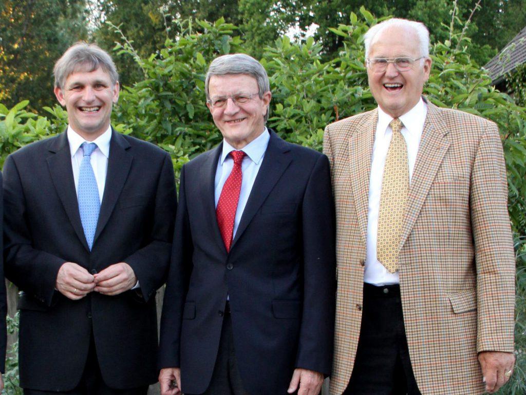 2010 entstand das Foto mit dem ehemaligen Oberkreisdirektor Karl-Heinrich Landwehr (r.), dem ersten hauptamtlichen Landrat Gerd Achenbach und dem heute noch amtierenden Landrat Michael Makiolla (l.) (Foto: Kreis Unna)