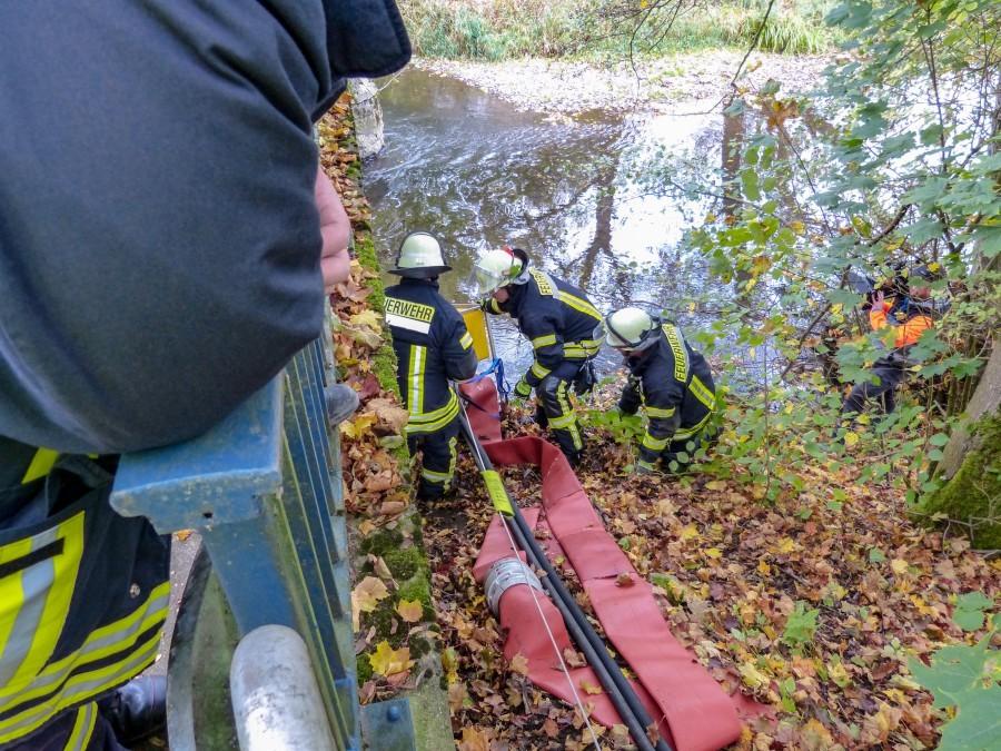 uerwehrkräfte aus dem Kreis Unna pupmen Wasser aus der Möhne zum Einsatzort.( Foto: Feuerwehr