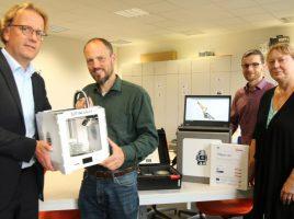 Christoph Hohoff (l.) und Tommy Schafran (2. v. r.) übergaben jetzt die Geräte an Matthias Müller und Anita Flacke vom zdi-Netzwerk Perspektive Technik. (Foto: Böinghoff )