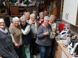 Die Frauen der AsF stellten bei ihrem Treffen in dieser Woche leckere Liköre nach Rezepten von Elke Weitner her. (Foto: privat)
