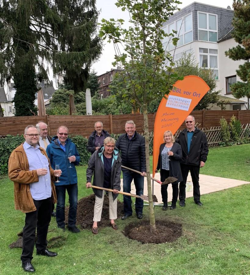 Mitglieder des Bürgerblocks un dBauverein-Vorstandsmitglied Wolfgang Böcker pflanzen gemeinsam einen vier Meter großen Ahornbaum. (Foto: privat)