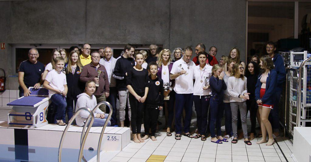 15  Teilnehmer der DLRG Holzwickede nahmen am Wochenende an einem Sechs-Stunden-Schwimmen teil: Das Foto zeigt die Holzwickeder mit ihren Gastgebern im Hallenbad der französischen Partnerstadt. (Foto: privat)