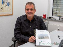 Hofft, dass nach den jetzt anstehenden Klausurberatungen doch noch die schwarze Null im Haushakt stehen kann: Andreas Heinrich, stellvertretender Kämmerer der Gemeinde. mit dem gestern eingebrachten Haushaltsentwurf 2020. (Foto: P. Gräber - Emscherblog.de)