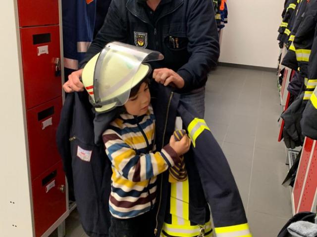 ...ließ den Jungen auch die Feuerwehrkleidung anprobieren. (Foto: privat)