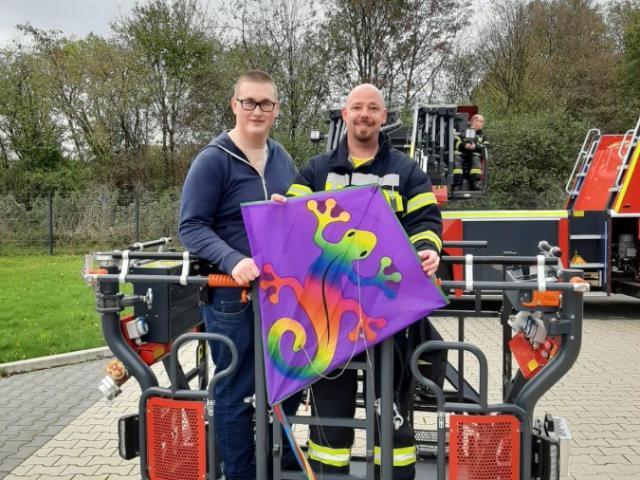 """Jan Stappert (re.) mit einem Helfer und dem """"unverletzten"""" Drachen, den er wenig später auch noch dem Jungen zurück brachte. (Foto: privat)"""