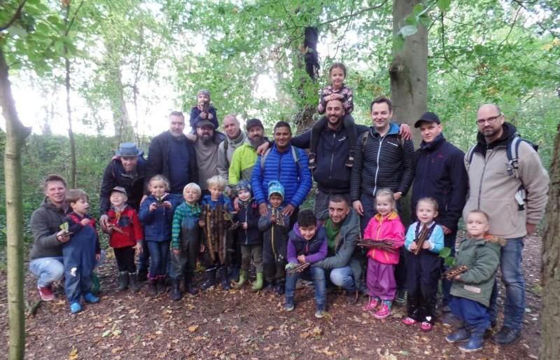 Beim traditionellen Vater-Kind-Tag des Familienzentrums Löwenzahn entdeckten die Väter mit ihren Kindern am Wochenende den Wald und die Natur gegenüber der Schönen Flöte in Holzwickede. (Foto: privat)