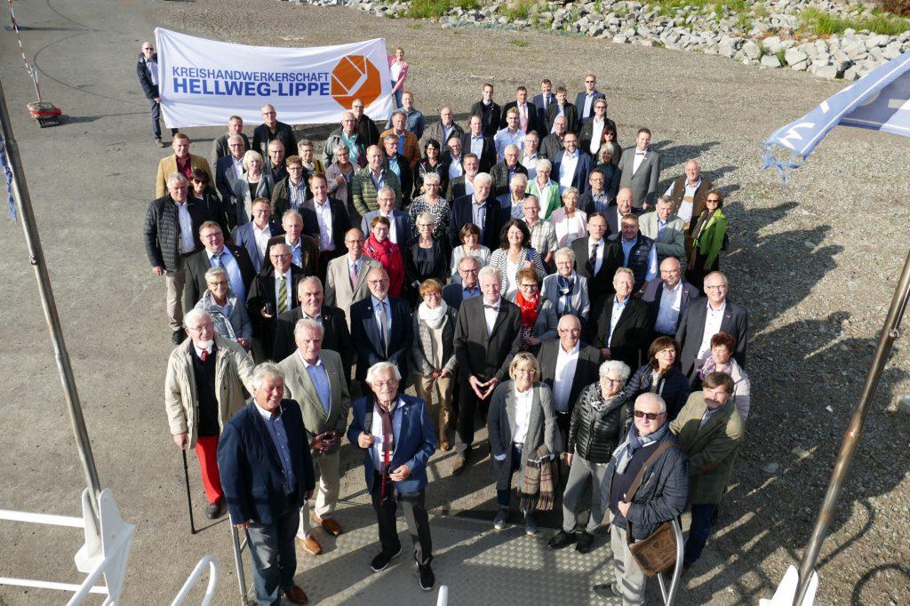 Die Kreishandwerkerschaft Hellweg-Lippe lud ihre Ehrenamtlichen, hier beim Betreten des Schiffes, zum Abschied auf die MS Möhnsee ein. (Foto: Kreishandwerkerschaft)