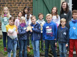 Kinder der Klasse 3 und 4 der Paul-Gerhardt-Schule mit ihrer Lehrerin Larissa Kuhfuß (rechts im Bild) nahmen an der Preisverleihung und dem Aktionstag auf der Ökologiestation in Bergkamen teil. (Foto: privat)