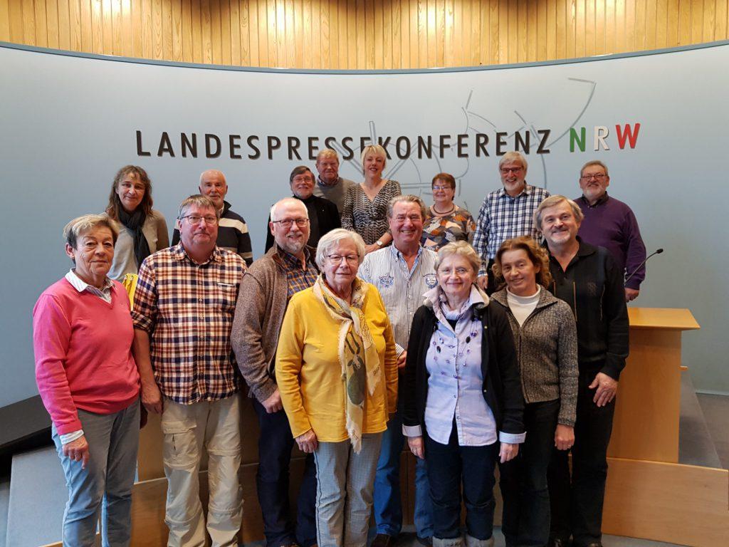 Die Sängerinnen und Sänger von Cantabile Holzwickede mit der FDP-Landtagsabgeordneten Susanne Schneider (hintere Reihe Mitte) in Düsseldorfer Landtag. (Foto: privat)
