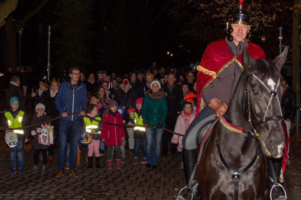 Die Kolpingsfamilie Holzwickede hat ihren traditionellen St. Martinszug - hier ein Bild des bisher letzten Umzugs im Jahr 2019 - auch für dieses Jahr abgesagt. (Foto: P. Gräber - Emscherblog)