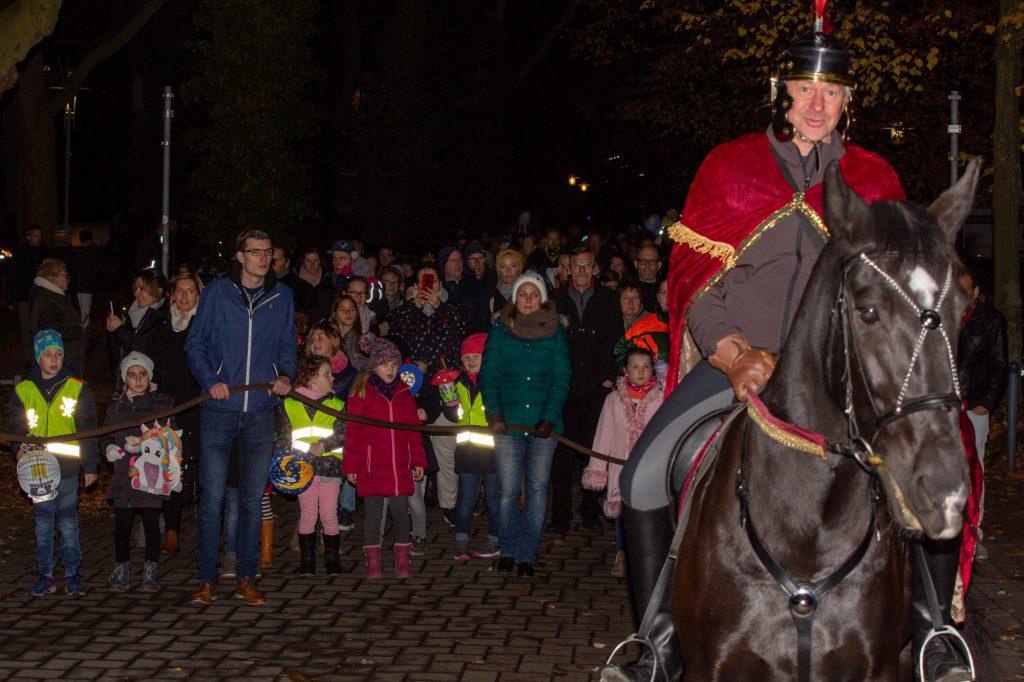 Sankt Martin hoch zu Ross führte am Samstagabend einen der größten Laternenumzüge der Gemeinde an, der traditionell von der Kolpingsfamilie veranstaltet wird. (Foto: P. Gräber - Emscherblog.de).