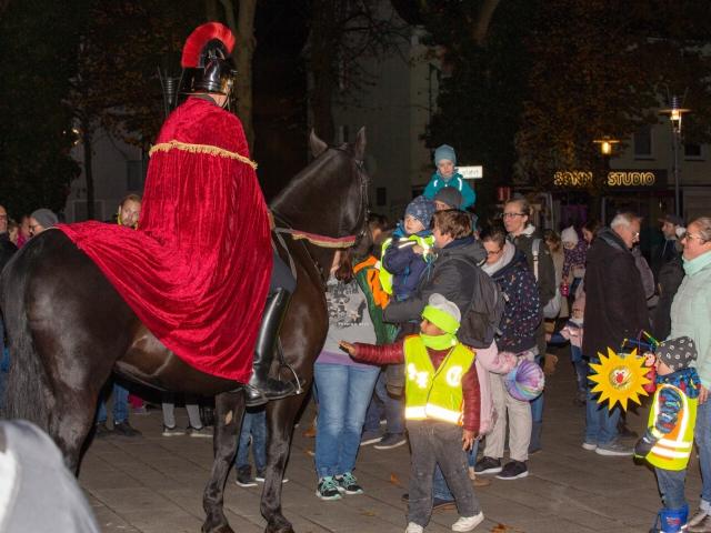 Die Kolpingsfamilie hatte am Samstagabend zu einem Laternenumzug mit Sankt Martin eingeladen. (Foto: P. Gräber - Emscherblog.de)