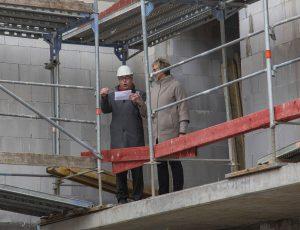 Prösterchen: UKBS-Geschäftsführer Matthias Fischer verlas den Richtspruch und stieß anschließend mit Bürgermeisterin Ulrike Drossel an. (Foto: P. Gräber - Emscherblog.de)