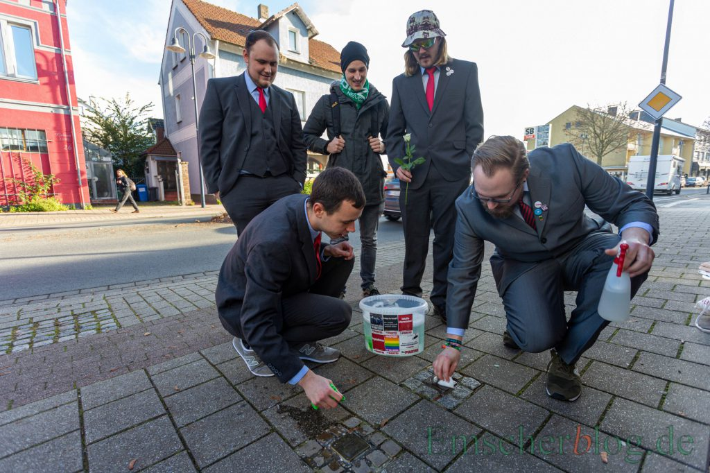 Mitglieder des Ortsvereins der Partei säubern die in der Gemeinde verlegten Stolpersteine, die an NS-Opfer aus Holzwickede erinnern. (Foto: P. Gräber - Emscherblog.de)