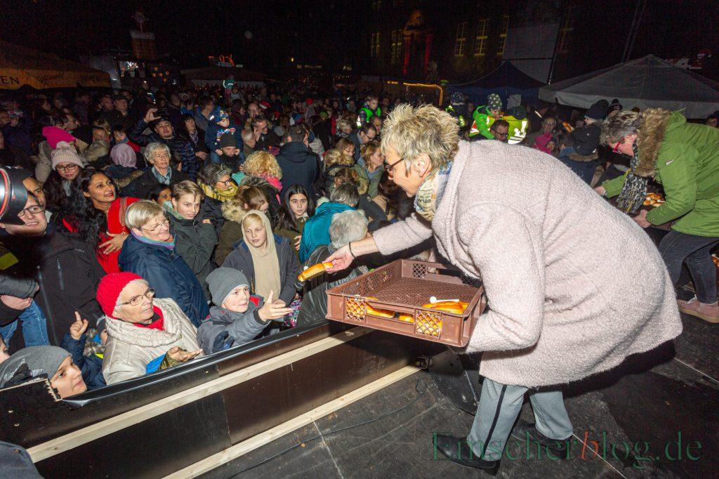 Schon Tradition: Zur Eröffnung des  Weihnachtsmarktes verteilt Bürgermeisterin Ulrike Drossel Stutenkerle an die wartenden Kinder.  (Foto: P. Gräber - Emscherblog.de)