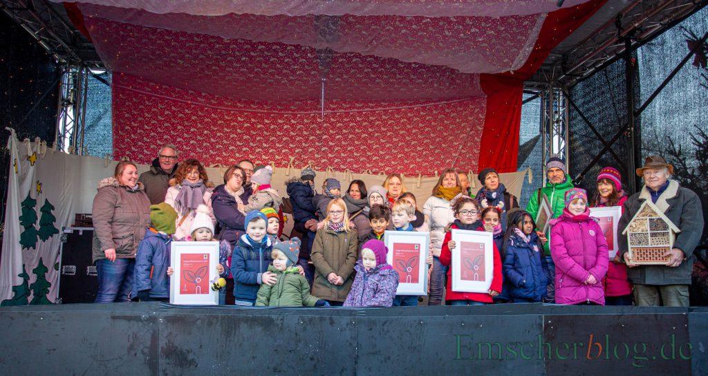 Die diesjährigen Preisträger des Klimaschutzpreises der Innogy wurden heute Vormittag auf der Bühne des Weihnachtsmarktes geehrt. (Foto: P. Gräber - Emscherblog.de)