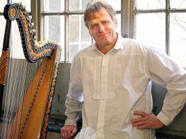 Begleitet seine Frau Andrea bei der Märchenlesung mit der Harfe: Tom Daun. (Foto: Uli Kopka)