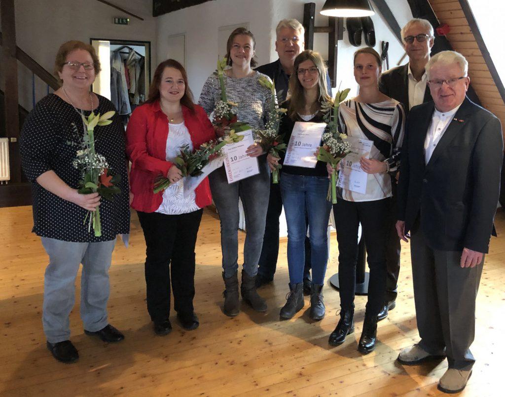 Mandy Zander (2 v.l.) wurde für ihre zehnjährige Betriebszugehörigkeit durch den AWO Unterbezirksvorsitzenden Hartmut Ganzke (4 v.l.) und Geschäftsführer Rainer Goepfert ( 2 v.r.) geehrt.