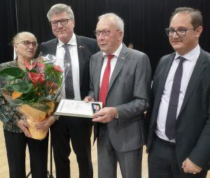 Gérard Lefébure (2. v.r.), hier mit Bürgermeister Priollaud (r.) und seiner Ehefrau Nicole (li.) sowie Jochen Hake r.) wurde für sein partnerschaftliches Engagement geehrt. Foto: privat)