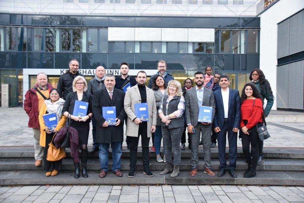 Gabriele Hilker (Sachgebiet Ausländer- und Personenstandswesen) mit den neu Eingebürgerten. (Foto: Max Rolke - Kreis Unna)