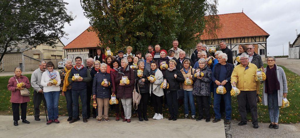 Das Bild zeigt den Großteil der Besuchergruppe beim Besuch des Kartoffelanbaubetriebs in Le Neubourg. Foto: privat)