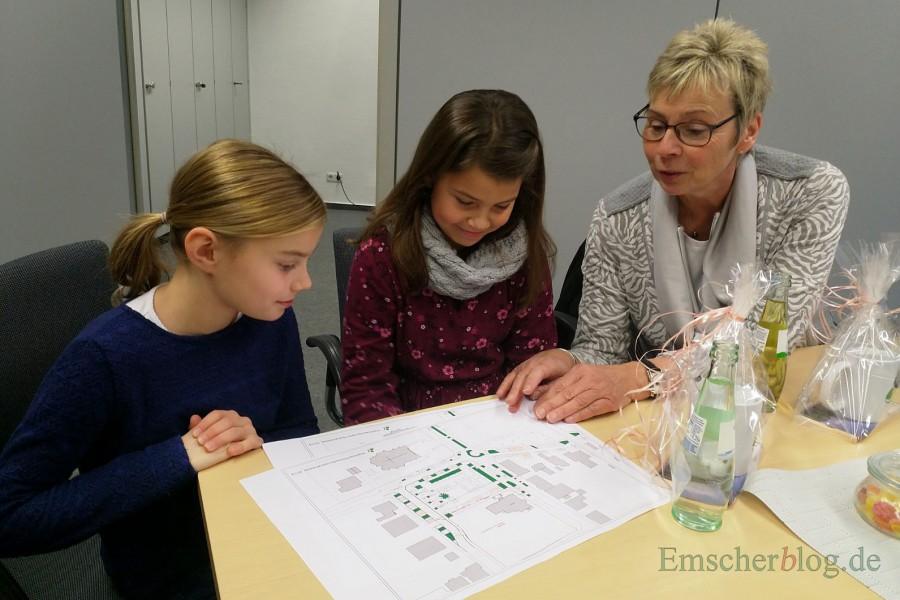 Die Bürgermeisterin konnte den beiden Mädchen auch gleich ihren Standplatz auf dem Lageplan für den Weihnachtsmarktr zeigen: in der Goethestraße gegenüber der Kirche. (Foto: P. Gräber - Emscherblog.de)