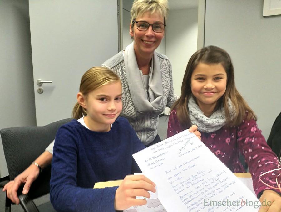 Die beiden Freundinnen Laura (r.) und Maja (l.) mit dem Brief, den sie an Bürgermeisterin Ulrike Drossel (M.) geschrieben und für ihre tolle Idee geworben haben. (Foto: P. Gräber - Emscherblog.de)