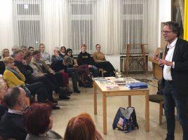 WDR-Auslandskorrespondent Ralph Sina (r.) bei seinem Vortrag im Saal des evangelischen Gemeindehauses. (Foto: privat)