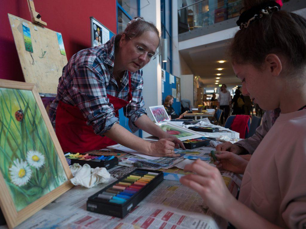 VHS-Dozentin Ilka Breker bietet in Holzwickede Kreative Malwerkstätten an. (Foto: Roger Wimbert)
